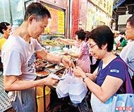 燒臘店外長期人頭湧湧,大部份是為求溫飽的街坊。